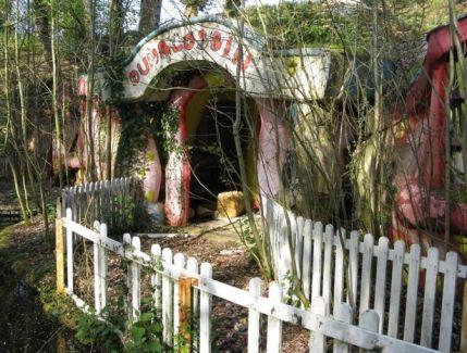 0_Mr-Blobby-theme-park-in-a-run-down-state